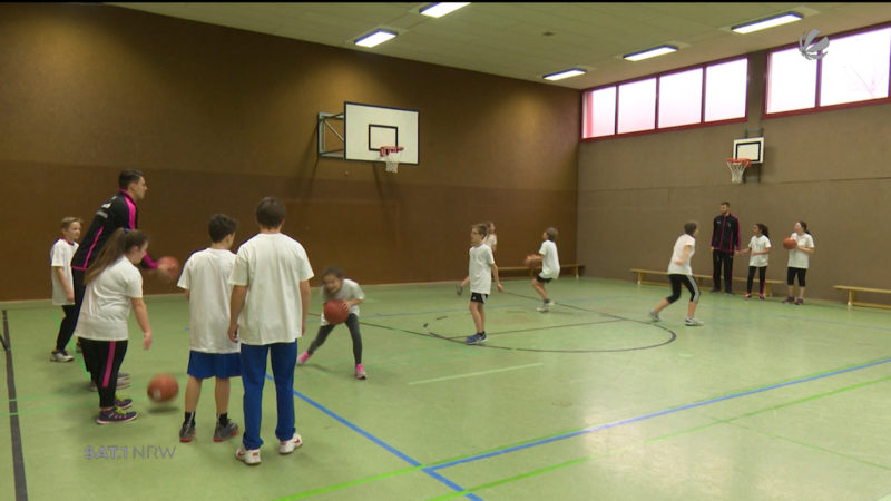 Basketballstars trainieren mit Schülern (Foto: SAT.1 NRW)