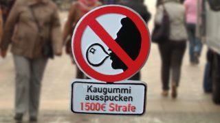 Strafe für Kaugummi ausspucken (Foto: SAT.1 NRW)