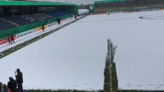 Schnee schippen im Stadion (Foto: SAT.1 NRW)
