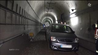 Opel landet in Straßenbahntunnel (Foto: SAT.1 NRW)