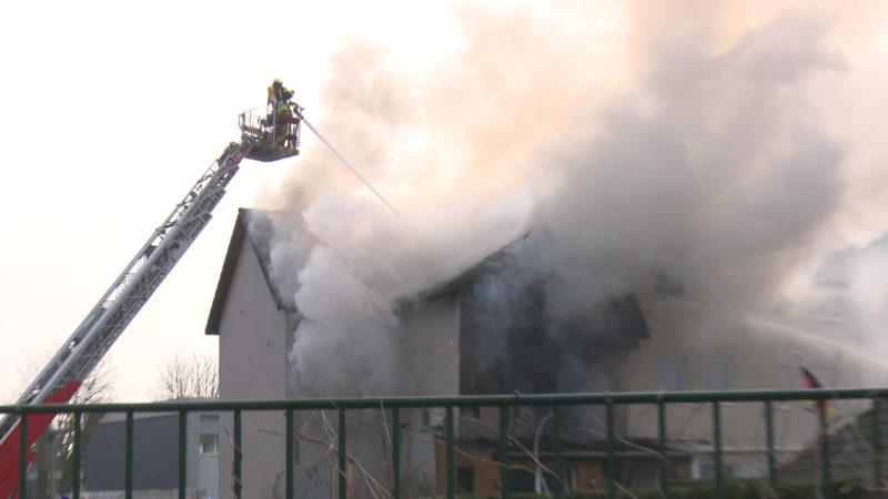 Feuer brennt Doppelhaushälften nieder (Foto: SAT.1 NRW)