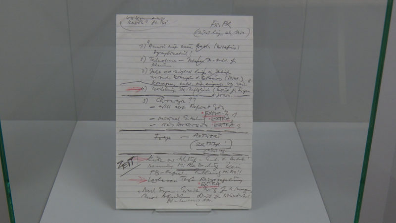 Notizzettel von Alexander Schalck-Golodkowski zur PK bei der er die Öffnung der Mauer verkündet hat. (Foto: SAT.1 NRW)