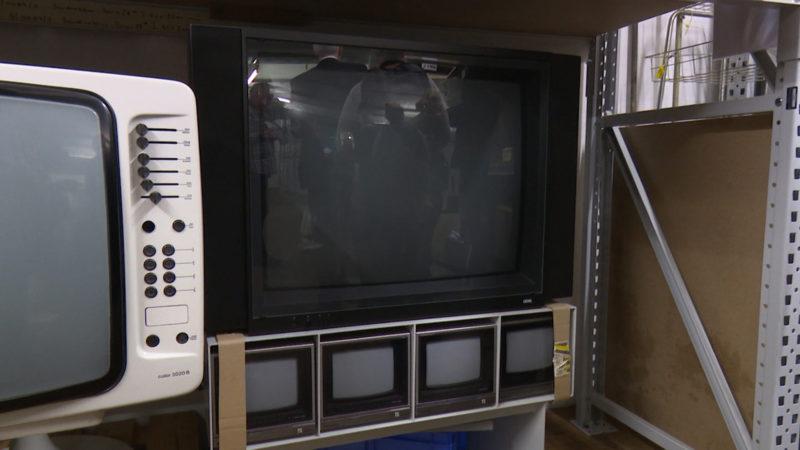 Fernseher von Rudolf Augstein (wollte alle TV-Programme gleichzeitig sehen). (Foto: SAT.1 NRW)
