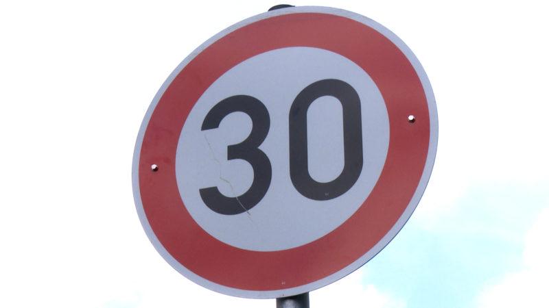 Irrsinn um Tempo 30 Schild (Foto: SAT.1 NRW)