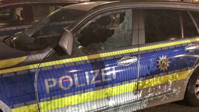 Brutaler Angriff auf die Polizei (Foto: SAT.1 NRW)