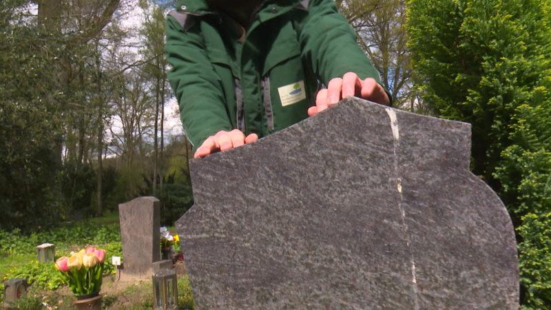 Überprüfung von Grabstätten auf Sicherheit (Foto: SAT.1 NRW)