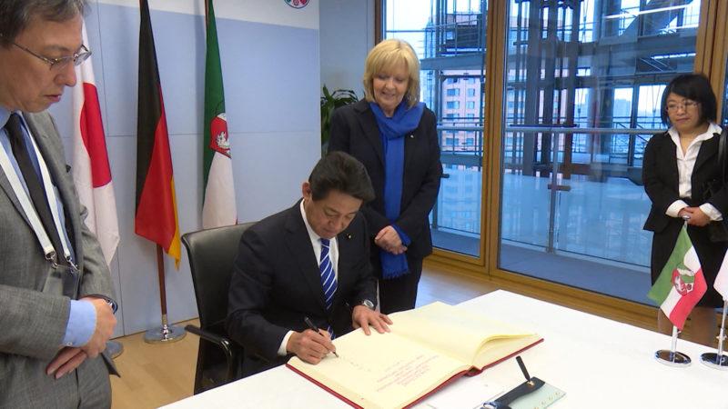 Japanischer Wirtschaftsminister besucht Hannelore Kraft (Foto: SAT.1 NRW)