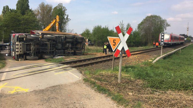 Schwerer Unfall: Zug prallt in Lkw (Foto: SAT.1 NRW)