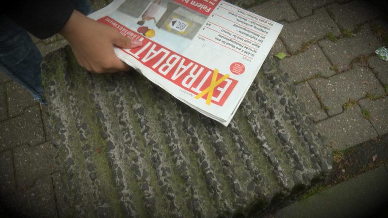 Rechtspopulistische Werbezeitung (Foto: SAT.1 NRW)