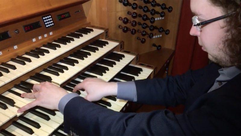 Domorganist rockt auf der Orgel (Foto: SAT.1 NRW)