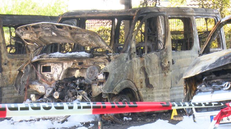 Bielefeld: Polizeifahrzeuge niedergebrannt (Foto: SAT.1 NRW)