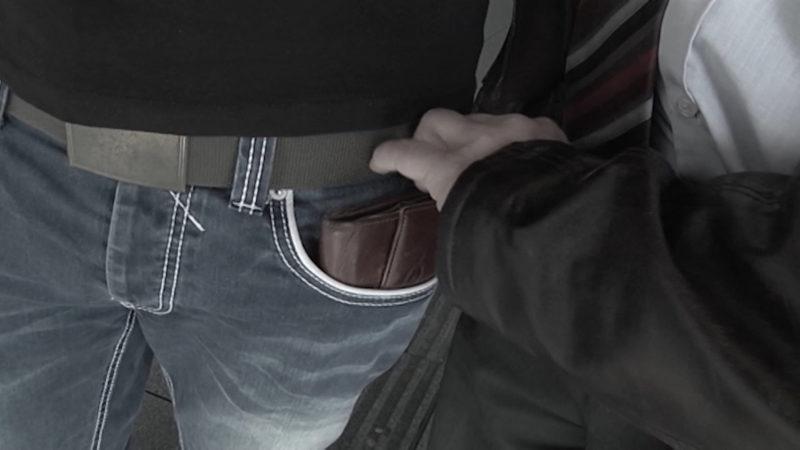 Die Tricks der Taschendiebe (Foto: SAT.1 NRW)