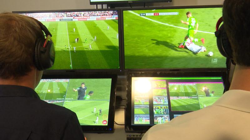 Video-Schiedsrichter beim Fußball (Foto: SAT.1 NRW)
