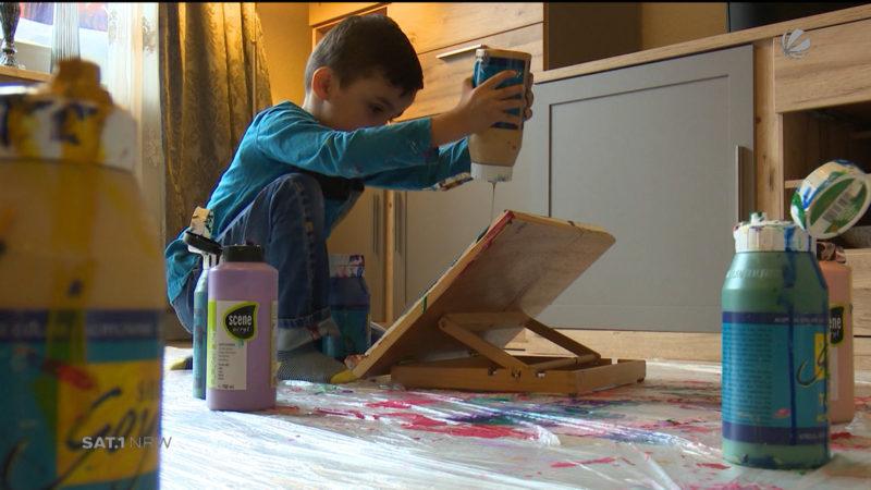 Vierjähriger Maler mit eigener Ausstellung (Foto: SAT.1 NRW)