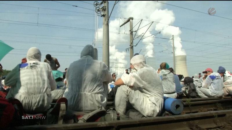 Braunkohle-Aktivisten blockieren Gleise (Foto: SAT.1 NRW)