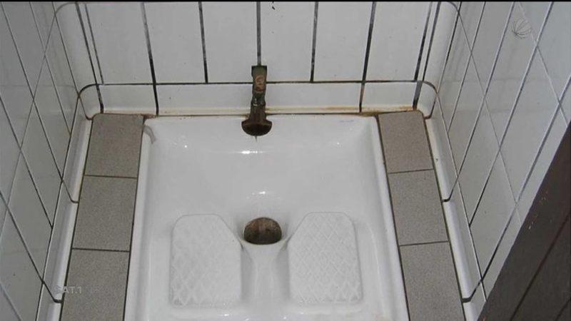 Stadt baut Asiaten eigenes WC (Foto: SAT.1 NRW)