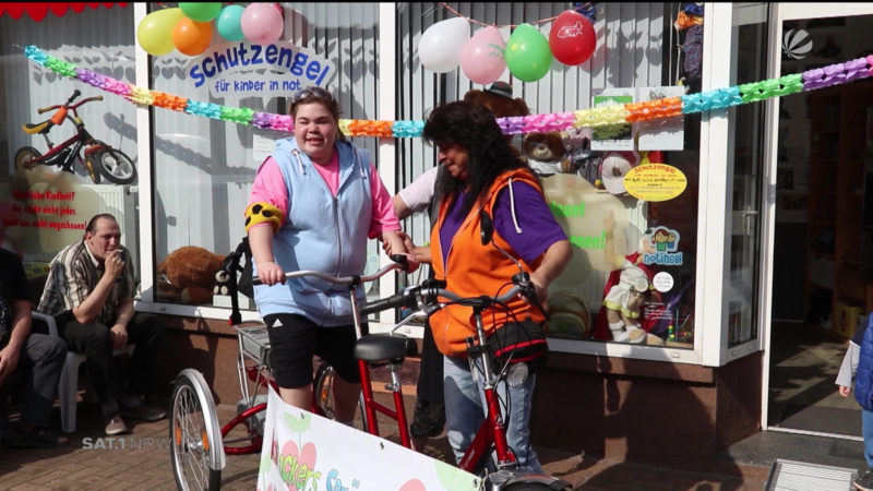 Melli bekommt ihr Tandem Fahrrad (Foto: SAT.1 NRW)