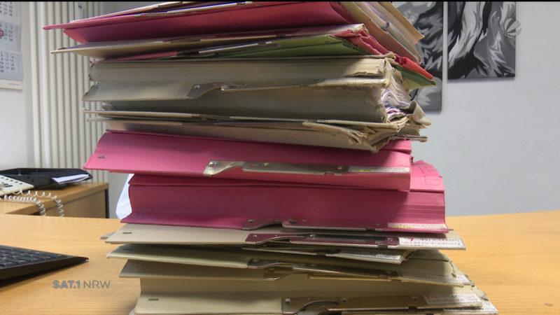 Berge von Papier waren gestern: Anwalt arbeitet nur noch digital (Foto: SAT.1 NRW)