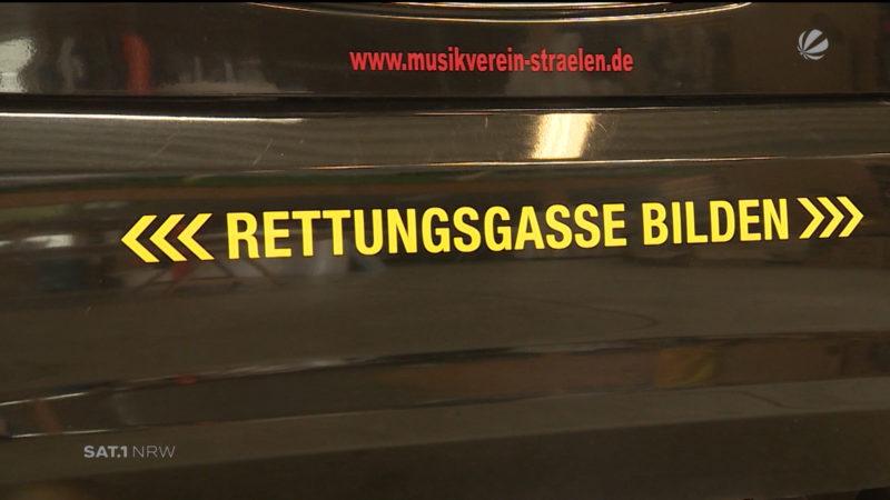 Rettungsgassen-Aufkleber für's Auto (Foto: SAT.1 NRW)