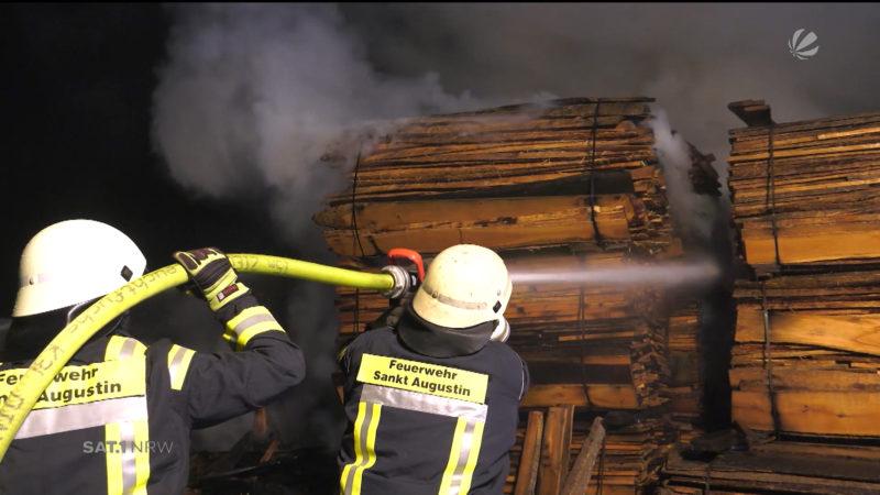Großfeuer in einem Sägewerk (Foto: SAT.1 NRW)