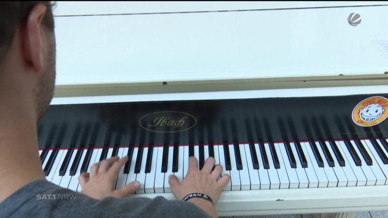 Dortmunder spielt im Krankenhaus für Patienten Klavier (Foto: SAT.1 NRW)