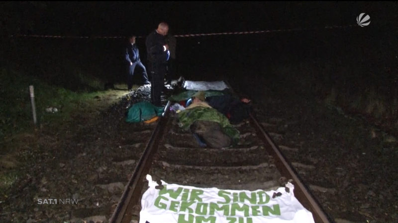 Atomkraftgegner blockieren Bahnstrecke (Foto: SAT.1 NRW)