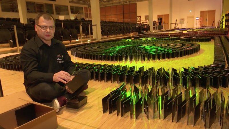Auch in Paderborn hat man einen neuen Weltrekord aufgestellt und zwar mit CD-Hüllen. 11127 CDs sind bei bei dem Rekordversuch gefallen. Dies bedeutet: Neuer Weltrekord! (Foto: SAT.1 NRW)