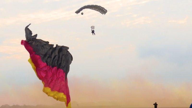 In Bad Sassendorf hat man beim Millitärfallschirmspringen versucht mit einer Flagge zu springen, die sich während des Fluges entfaltet! Das Besondere: Sie hat die Größe eines halben Fußballfeldes - und der Weltrekord hat geklappt! (Foto: SAT.1 NRW)