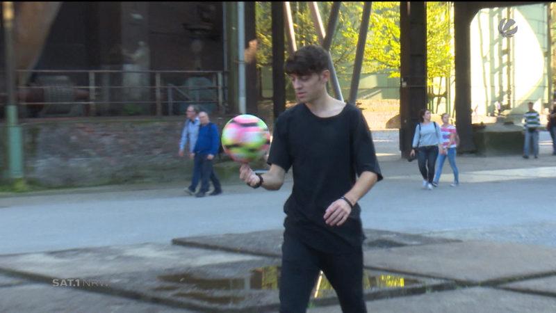 So lernt man die Tricks eines Fußball-Freestylers (Foto: SAT.1 NRW)
