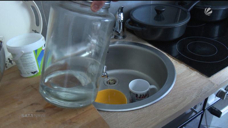 Familie muss sich mit Wasser aus Teich versorgen (Foto: SAT.1 NRW)