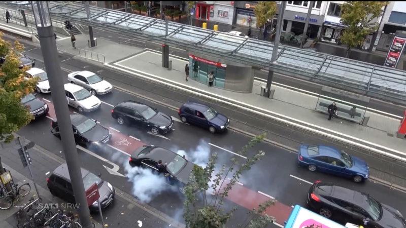 Autokorsos legen Verkehr lahm (Foto: SAT.1 NRW)
