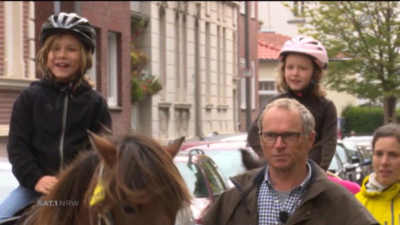 Mit dem Pferd zur Schule reiten (Foto: SAT.1 NRW)