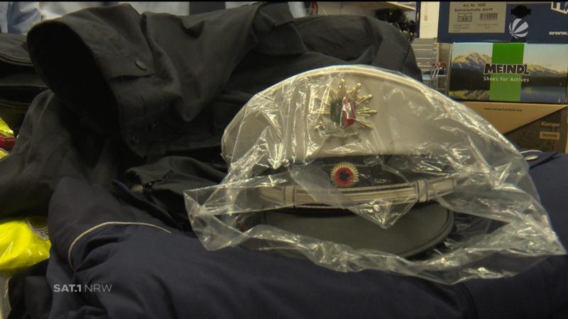 Polizeianwärter erhalten neue Ausrüstung (Foto: SAT.1 NRW)