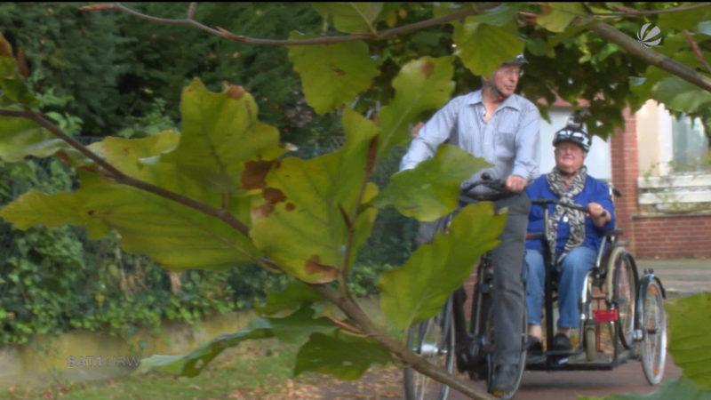 Rentner baut Rollstuhl-Rikscha für seine Frau (Foto: SAT.1 NRW)