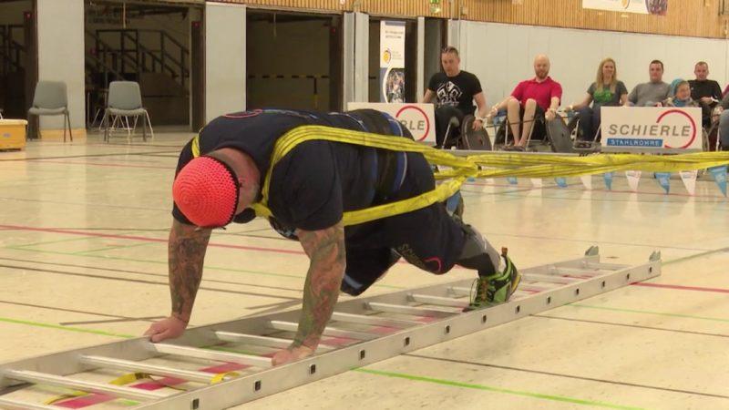 In Köln hat Franz Müllner einen ganz besonderen Weltrekord gebrochen! Denn mit 180 Meter Länge hat er die größte Rollstuhl-Kette der Welt gezogen: 96 Rollstuhlfahrer und einen Hund hat der Mann aus Alpen gezogen. (Foto: SAT.1 NRW)