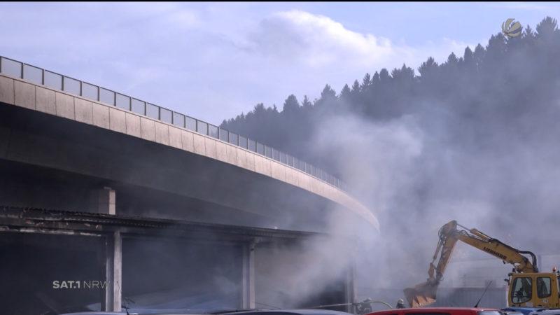 Nach Feuer: Stadtautobahn in Siegen weiter gesperrt (Foto: SAT.1 NRW)