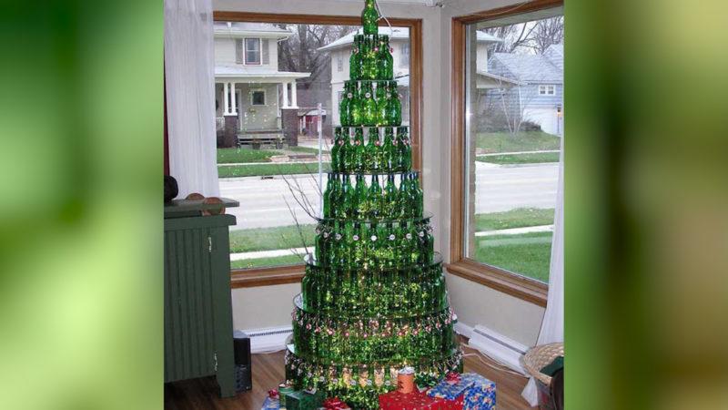 Dieser Baum zeigt, was man aus leeren Flaschen so alles zaubern kann. (Foto: SAT.1 NRW)