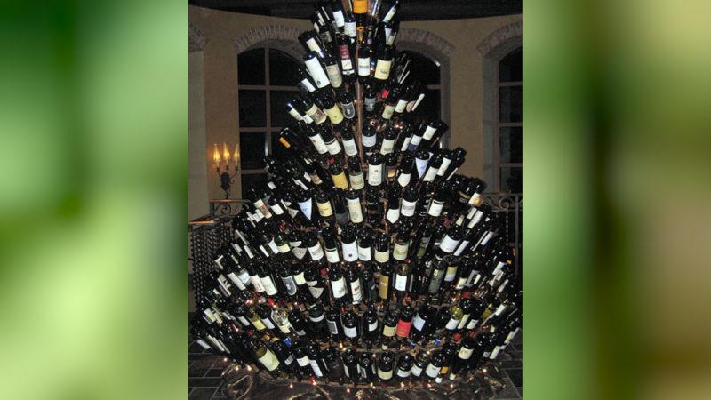 Wie viele Flaschen Wein für diesen Weihnachtsbaum wohl getrunken werden mussten? (Foto: SAT.1 NRW)