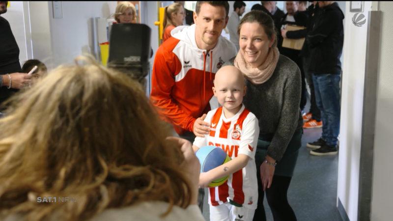 FC Köln Profis besuchen Kinderkrankenhaus (Foto: SAT.1 NRW)