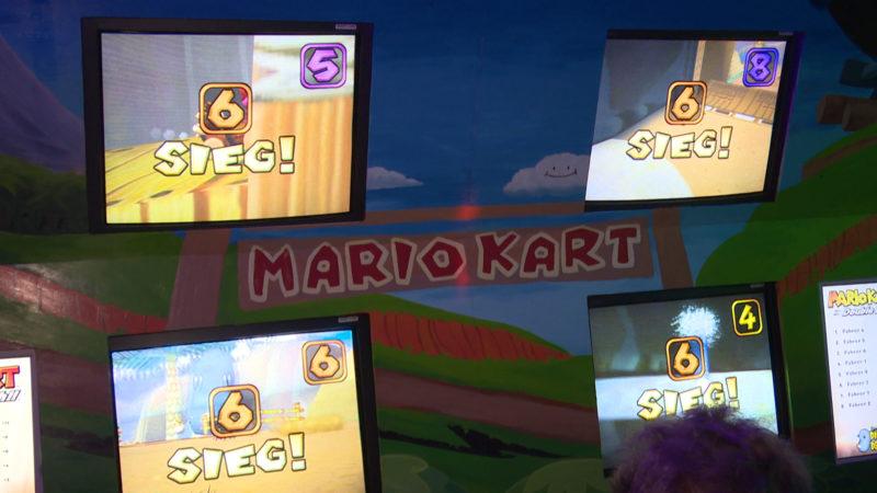 An der Super-Mario-Kart-Wand gemeinsam spielen (Foto: SAT.1 NRW)