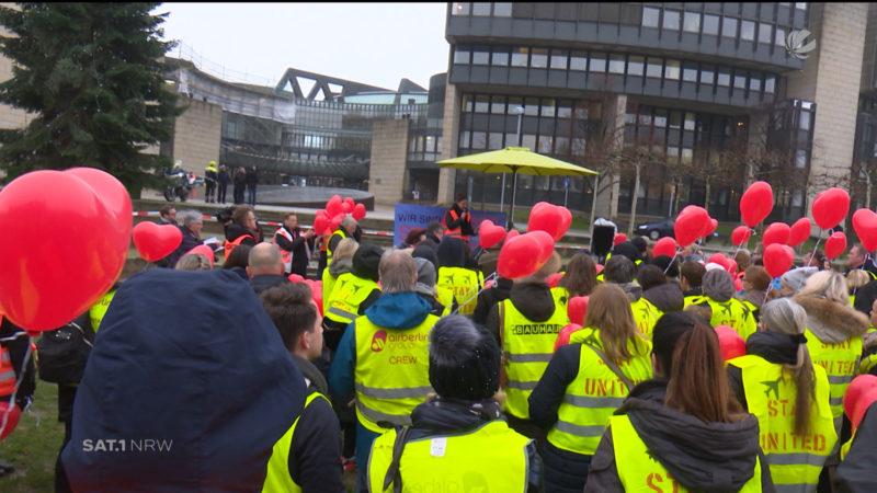 Air-Berlin-Mitarbeiter demonstrieren vor dem Landtag (Foto: SAT.1 NRW)