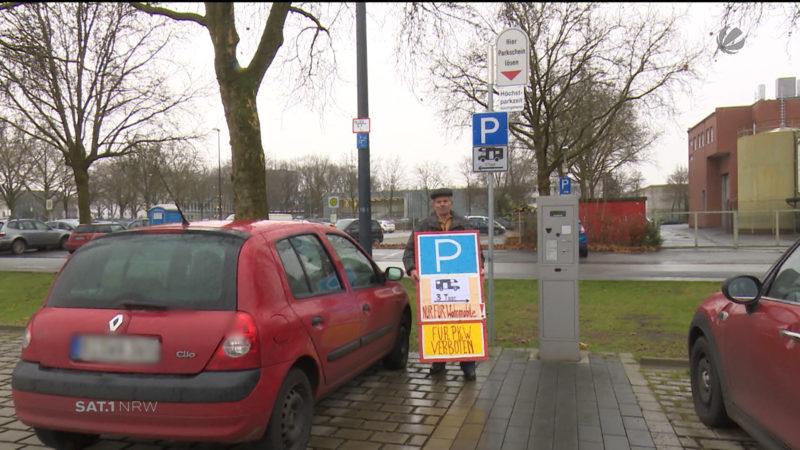 Rentner warnt Autofahrer vor der Parkfalle (Foto: SAT.1 NRW)