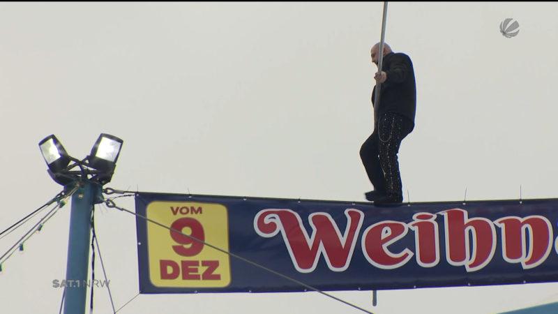 Hochseilartist turnt über Zelt in Köln (Foto: SAT.1 NRW)