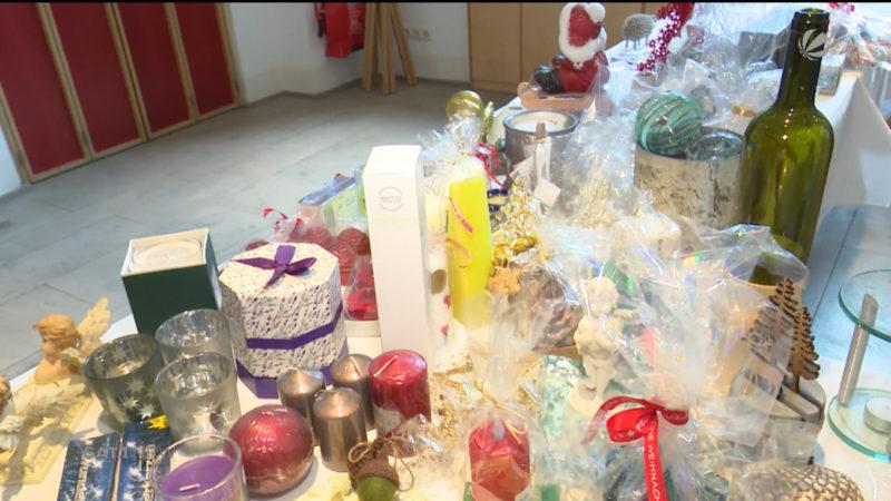 Versteigerung von Weihnachtsgeschenken (Foto: SAT.1 NRW)
