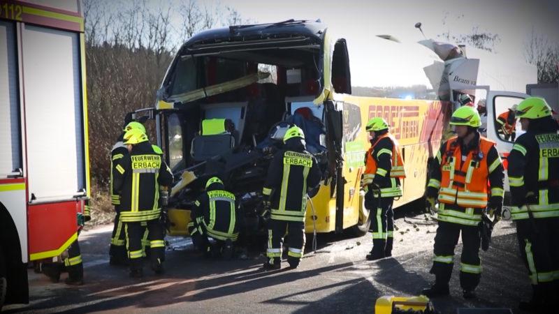 LKW kracht in Bus (Foto: SAT.1 NRW)