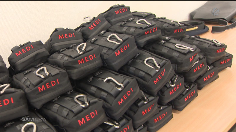 "NRW-Innenminister übergibt ""Medipacks"" (Foto: SAT.1 NRW)"