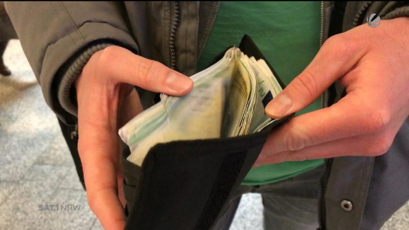 Azubi findet 6000 Euro auf Bahnhofstoilette (Foto: SAT.1 NRW)