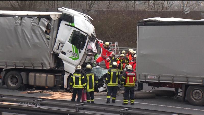 Tödlicher LKW-Unfall auf der A1 (Foto: SAT.1 NRW)