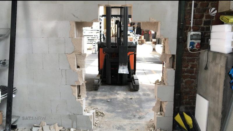 Diebe durchbrechen Wand mit Gabelstapler (Foto: SAT.1 NRW)