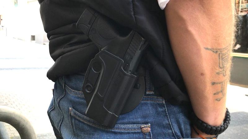 Waffe in der Öffentlichkeit getragen (Foto: SAT.1 NRW)